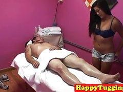 Azjatycka masażystka holuje klienta przed spycamem