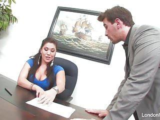 亚洲辣妹伦敦凯斯得到办公室他妈的