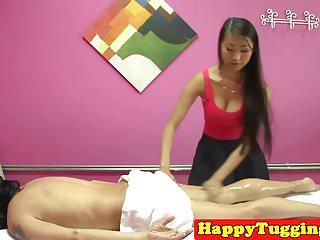 丰满的亚洲女按摩师在spycam上拉客户