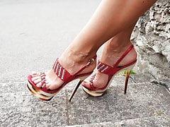 Meine sexy Füße auf High Heels zeigen