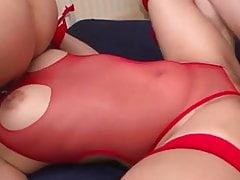 Aika Hoshino in Katzenohren und ein roter Bodykostüm streichelte und