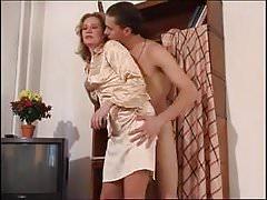 Gobba gamba e gamba cazzo con mamma calda
