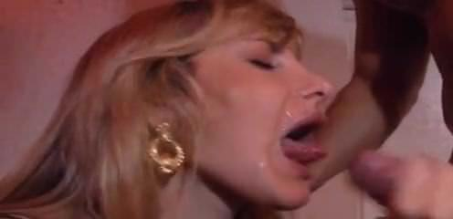 Женщина мастурбирует перед камерой
