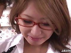 Seksowna japońska laska w okularach Mariru Amamiya wkroczyła do środka