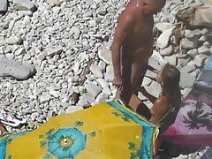 Guy Eiaculazione la sua ragazza in bocca in una spiaggia pubblica