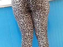 Leggings leopardati alla lavanderia a gettoni