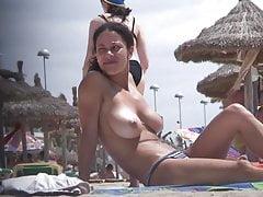 Compilazione di tette topless sulla spiaggia