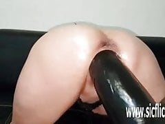 Gierige MILF Pussy verschlingt riesiges Spielzeug