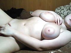vollbusige blonde Teenagerin mit natürlichen Brüsten
