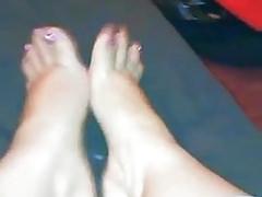 Creme auf Filipina-Füßen