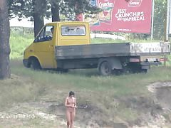 Ola cammina da sola nuda su una spiaggia pubblica (versione voyeur)