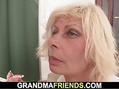 Stara blond mama bierze podwójne uderzenia
