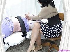 Sissy cosquillas handjob por femdom señora mommy