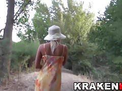 Krakenhot - Voyeur Video mit einer heißen Blondine im Freien