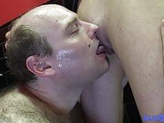 Prima orgia in bagno per la giovane Julie