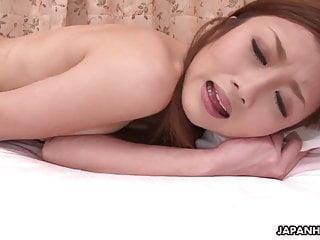 温柔的日本美女喜欢和她湿漉漉的猫玩
