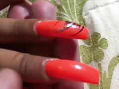 Latina mit sexy langen, orangefarbenen Fingernägeln