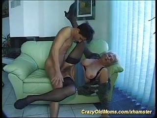 Mladík prcá babičku u ní doma.