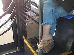 Nette tragende Sandalen der Jugendlichen, die mit ihrem Freund sprechen