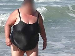 ssbbw babcia w czarnym mokrym stroju kąpielowym