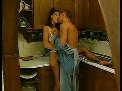 Slutty Brunette Hausfrau nimmt Jungschwanz in alle 3 Löcher