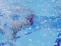 Gorąca Elena pokazuje, co może zrobić pod wodą