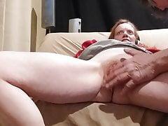 Tammy gioca di nuovo con la sua fica bagnata