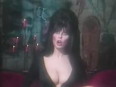 Elvira Come intagliare una zucca di Halloween