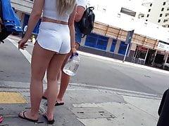 Szczery podglądacz ostateczny blond PAWG obcisłe białe szorty