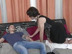 Mutter wacht auf und verführt glücklichen Sohn