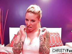 Curvy tetovaný starlet Christy používá hračku na její těsnou kundičku