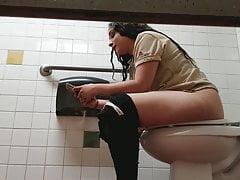 Podgląd toalety w restauracji (pracownik latynoski)