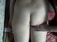 Massiere meine Frau in den Arsch und die Beine, berühre und ärgere die Muschi