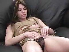 Carina giovane bruna si strofina la figa