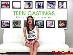 Teen procace casting avvitato mentre legato