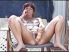 Ménagère mature joue avec gros jouet