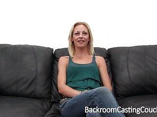 瘦的未婚夫屁股性交肛門體內射精在鑄造沙發上