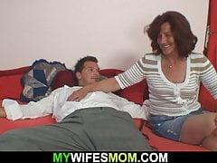 Lo scopre che scopa la sua vecchia madre