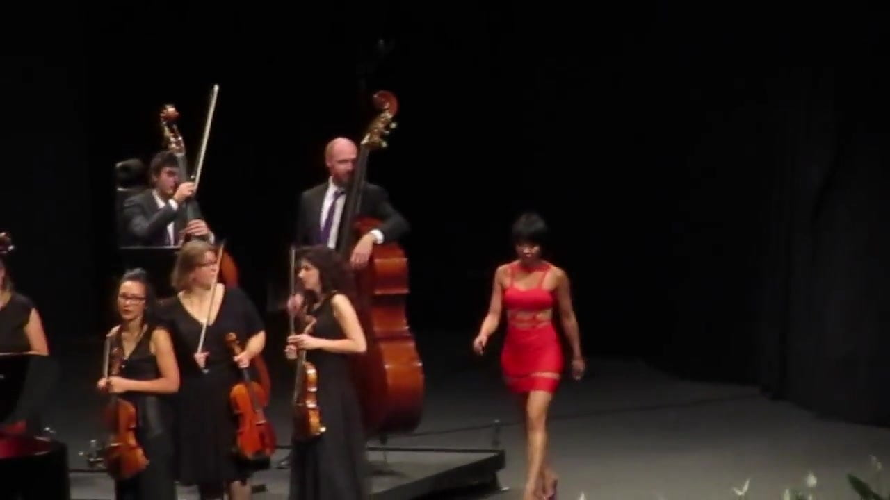 Yuja Wang walks sexy on the rythm of the claps