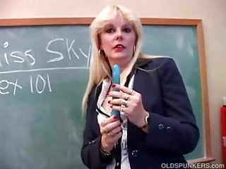 Saucy MILF teaches you about her pussy