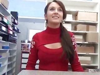 Geile Aushilfe direkt in der Videothek gefickt und besamt