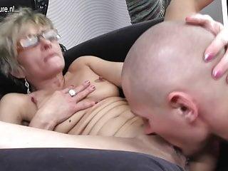 Vecchia mamma matura viene scopata dal suo toyboy