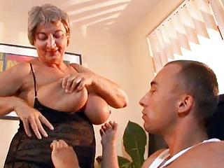 Tettona nonna seduce giovane ragazzo con le sue grandi tette