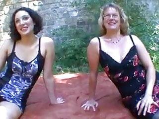 Deux copines en exterieure