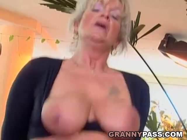 Molett anyuka újra szexelhet a fiával