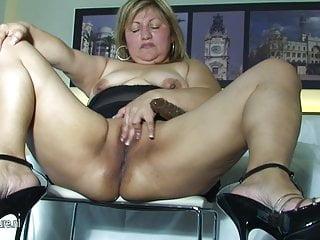 Grande mamma gioca con la sua figa rasata