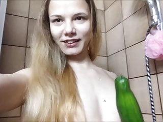 Osemnástka si leští kundičku v sprche uhorkou