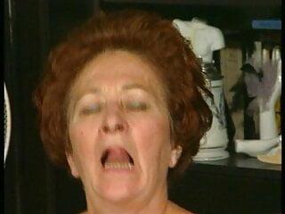 Notgeile oma steht auf junge Schweanze und Sperma duschen