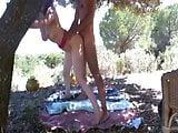 debout contre un arbre