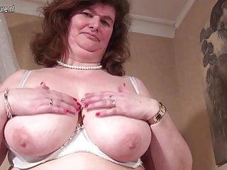 Grande mamma olandese che gioca con la sua figa pelosa
